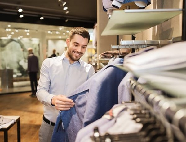 Je kunt tegenwoordig goedkoop uit zijn, terwijl je dure kleding draagt